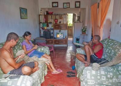 Familia haciendo cestas con paja uricury, Pontal de Coruripe, Alagoas