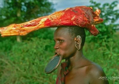 Mujer  mursi con la comida, Valle del Omo