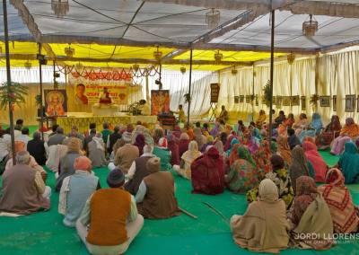Para los creyentes es tan importante el contacto con el gurú como los baños en las aguas del Ganges