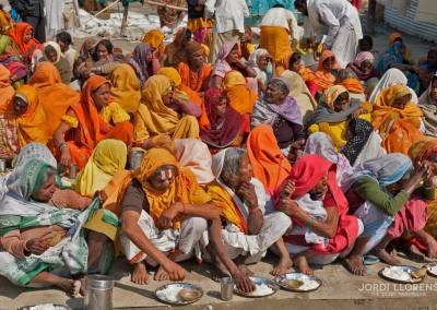 Los gurús organizan en sus campamentos comidas gratuitas para miles de personas sin recursos