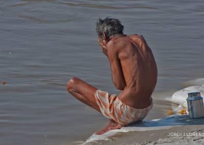 Un peregrino acaba de meterse en el agua hasta el ombligo habiéndose sumergido tres veces