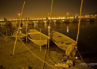 Por la noche nunca cesa la actividad en el Ganges