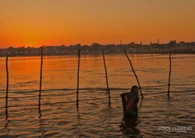 Saliendo el sol en el horizonte, empieza un nuevo día en el Ganges