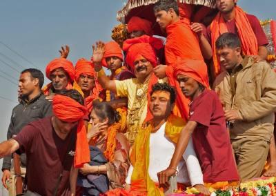 Los gurus están llegando al Sangam sobre carrozas decoradas con flores