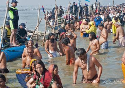 Los peregrinos se agolpan en las orillas del río, tomando el baño por miles
