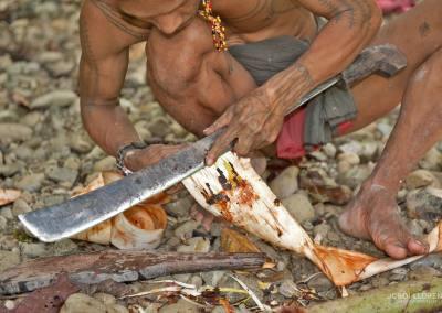 Confeccionando el kabit (el taparrabos que llevan los hombres) de la propia corteza del árbol