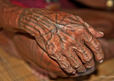 Los tatuajes se hacen con tintes naturales de la espina de la palmera