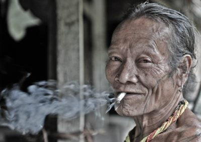 Los mentawai fuman muchísimo. El tabaco local o uve se hace con la hoja del platanero